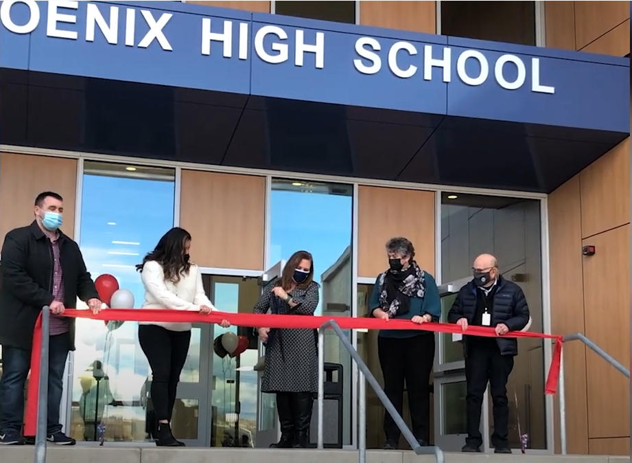 Cutting the ribbon on the new school / Cortando la cinta en la nueva escuela